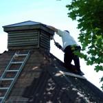 Per borstar taket på lusthuset